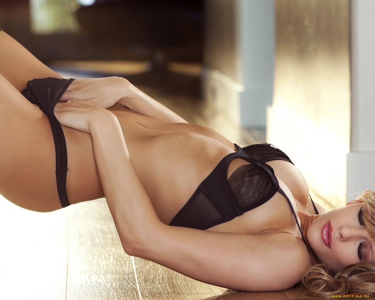 Фото девушки в v-стрингах и полосатых чулках